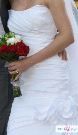 Piękna jednoczęsciowa suknia ślubna