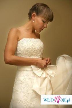 piękna, skromna ale bardzo elegancka sukienka...