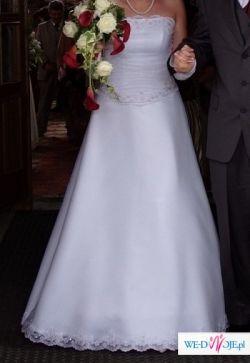 Piękna skromna biała sukienka ślubna