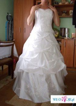 Piękna; skromna suknia dwuczęściowa zdobiona delikatnym haftem