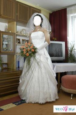 piękna śnieżnobiała suknia ślubna