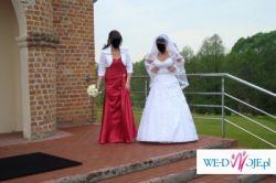Piękna śnieżnobiała suknia ślubna, bogato zdobiona
