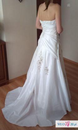 Piękna sukienka dla wysokiej panny młodej