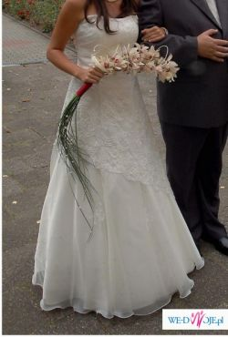 Piękna suknia ecru z koronką