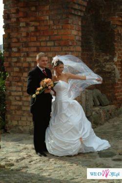 Piękna suknia firmy Elizabeth z trenerm - biała.