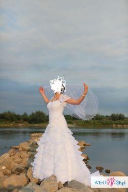 Piękna suknia o fasonie syreny z falbanami
