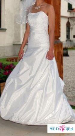 Piękna suknia ślubna biała