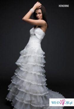 Piękna suknia ślubna dla panny młodej z dużym biustem.