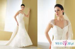 Piękna suknia ślubna na drobnej kobietki