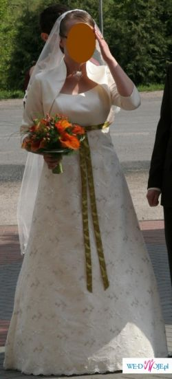 Piękna suknia ślubna z bolerkiem i welonem