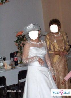 Piękna suknia z koronkowymi rękawami