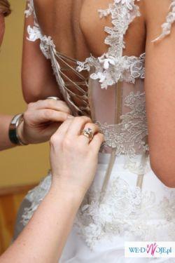 Piękna suknia z trenem, rękawiczkami i bolerkiem
