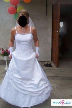 Piekna suknia z welonem i dodatkami
