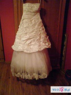 Prosta i delikatna suknia ślubna