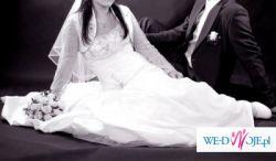 Prosta i efektowna suknia ślubna
