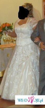 prześliczna śnieżnobiała połyskująca suknia ślubna
