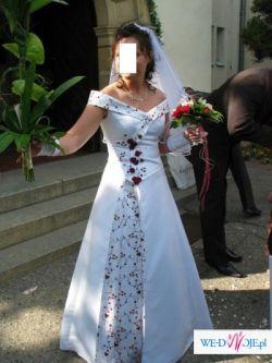 prześliczna suknia ślubna z wiśniowymi dodatkami