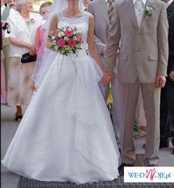 Romantyczna, śnieżnobiała sukienka z welonem..
