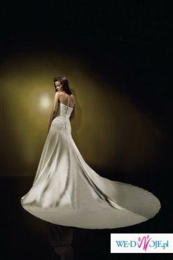 Skromna, ale efektowna suknia ślubna z długim trenem