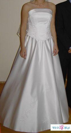 Skromna biała suknia ślubna