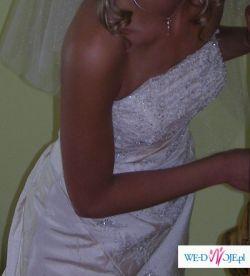 Skromna i elegancka suknia ślubna Atelier Diagonal 715 z pięknymi zdobieniami