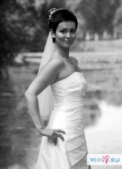 Śliczna, biała, skromna suknia ślubna