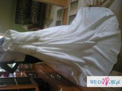 śliczna  delikatna  suknia ślubna