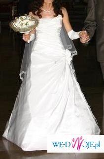 Śliczna i elegancka suknia ślubna z trenem