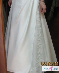 Śliczna i skromna suknia ślubna