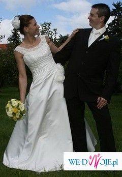Śliczna, skromna i elegancka suknia ślubna