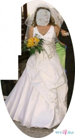 Śliczna suknia modelująca sylwetkę.