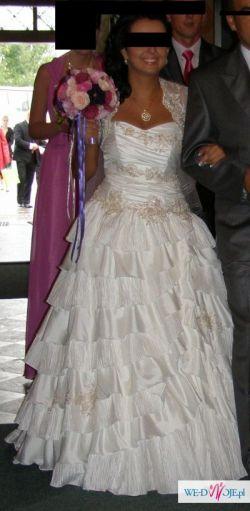 Śliczna suknia ślubna w stylu hiszpańskim