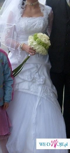 śnieżno biała suknia ślubna