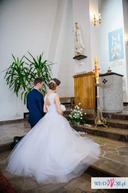 Śnieżnobiała suknia ślubna koronkowa princessa tiulowa plecy ramiączka