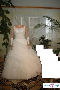 Sprzedam bardzo ładną suknię ślubną razem z halką. Kolor biały.