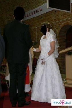Sprzedam białą jednoczęściową suknię ślubną pokrytą koronką z koralikami.