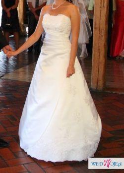 Sprzedam klasyczną śnieżnobiałą suknię z trenem.
