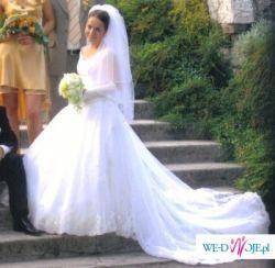 Sprzedam tanio piękną, białą suknię ślubną z długim podpinanym trenem