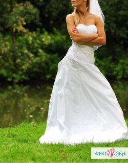 Stylowa piękna śnieżnobiała suknia ślubna
