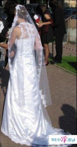 Subtelna i romantyczna śnieżnobiała suknie z trenen, satynowa pokryta tiulem