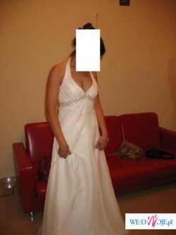 suknia jednoczęściowa, jasne ecru, ozdobiona efektowna taśmą pod bustem.