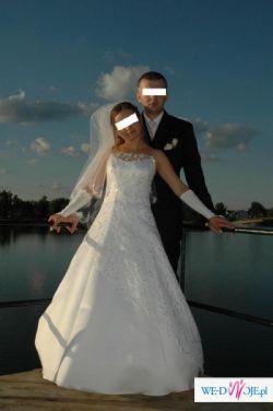 Suknia pokryta koronką