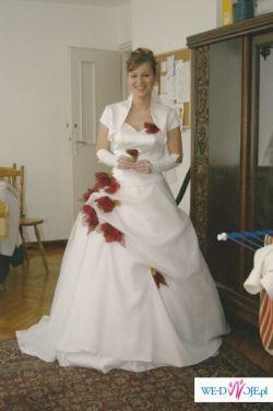 Suknia ślubna w kolorze białym, szykowna i elegancka