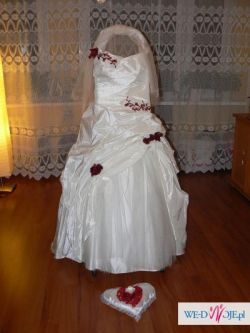 Suknia ślubna w kolorze ecru z czerwonymi dodatkami