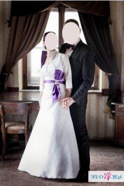 Suknia ślubna z  fioletowymi dodatkami