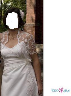 suknia z ręcznie naszywaną koronką