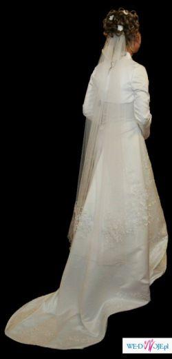 Suknia zpodpinanym trenem + dodatki