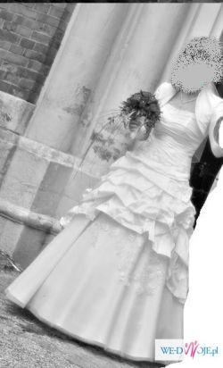 Tajemnicza, kobieca i pełna wdzięku suknia