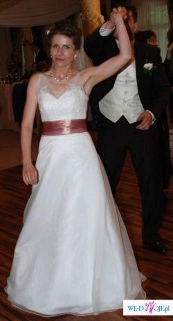 Urocza, elegancka suknia ślubna z kolorową szarfą