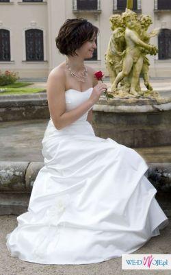 Urocza suknia ślubna z satyny jedwabnej w kolorze ecru z salonu Margarett